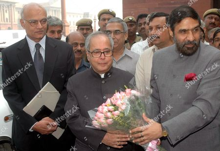 Stock Picture of Newly Appointed India's Foreign Minister Pranab Mukherjee (c) is Greeted by Minister of State For External Affairs Anand Sharma (r) and Indian Foreign Secretary Shivshankar Menon (l) at His Arrival at the Ministry of External Affairs in New Delhi India On Wednesday 25 October 2006 the Indian Government On Tuesday Appointed Pranab Mukherjee As India's New Foreign Minister Nearly a Year After the Previous Minister Natwar Singh Was Forced to Resign Over Charges of Benefiting From the Iraqi Oil-for-food Scandal Mukherjee Had Been the Defence Minister Ever Since the Congress- Led United Progressive Alliance (upa) Came to Power in 2004