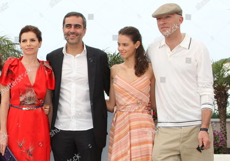 Cast and Crew Members Including Director Heitor Dhalia (2nd L) French Actor Vincent Cassel (r) French Actress Laura Neiva (2nd R) Brazilian Actress Debora Bloch (l) Attend a Photocall For the Film 'A Deriva' in the 62nd Edition of the Cannes Film Festival in Cannes France 21 May 2009