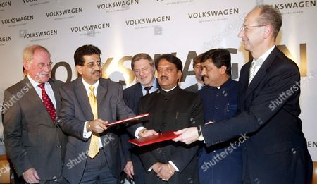 The Member of Board of Management of Volkswagen Ag Responsible For Finance Hans Dieter Potsch (r) Exchange Documents with the Industry Secretary V K Jairath (2l) As Chairman of Board of Management of Skoda Auto Detlef Wittig (l) Looks On After the Signing of the Agreement in New Delhi India On Wednesday 29 November 2006 Maharashtra Chief Minister Vilasrao Deshmukh (3r) and German Ambassador Bernd M?zelburg (3l) is Also Seen Volkswagen Ag is to Build a New Production Plant in Pune in the Indian State of Maharashtra According to Present Plans the New Plant in the Chakan Industrial Park Near Pune Will Commence Producing Up to 110 000 Vehicles a Year As of 2009 with Investment Totaling Some 410 Million Euros Which is to Be Built On the 230 Hectare Site the Volkswagen Group with Its Headquarters in Wolfsburg is One of the World's Leading Vehicle Manufacturers and the Largest Car Producer in Europe