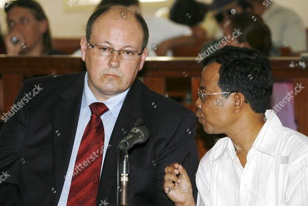 Australian James Ogloff (l) Listens to His Interpreter As He Gives Expert Testimony During the Judicial Review Trial of a Group of Australian Drug Smugglers Si Yi Chen Matthew Norman and Tan Duc Thanh Nguyen at Denpasar District Court in Bali Indonesia On 29 May 2007 Si Yi Chen Matthew James Norman and Thanh Duc Tan Nguyen Were Convicted of Smuggling After Being Caught with Heroin at a Bali Hotel in April 2005