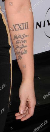 Jane Carrey, daughter of Jim showing a tattoo on arm