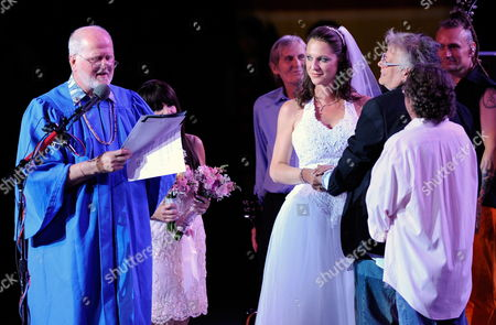 Stock Image of Us Musician From the Rock Band Mountain Leslie West (3-r) Gets Married to Jenni Muldaur (4-r) On Stage at the Bethel Woods Music Festival Near the Original Woodstock Concert Site in Bethel New York Usa 15 August 2009 the Concert Celebrates the 40th Anniversary of the Original Woodstock Music Festival