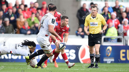 Gareth Davies of Scarlets gets away from Ma?a Nonu of Toulon.
