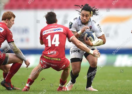 Ma?a Nonu of Toulon takes on DTH van der Merwe of Scarlets.