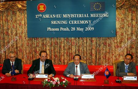 Cambodian Foreign Minister Hor Namhong (c-r) Czech Minister of Foreign Affairs Jan Kohout (c-l) External Relations Directorate General of European Commission Stefano Sannino (l) and Thai Foreign Minister Kasit Piromya (r) Attend the Press Conference at the End of the 17th Ministerial Meeting Between the Association of Southeast Asian Nations (asean) and European Union (eu) in Phnom Penh Cambodia 28 May 2009 Cambodia Hosts the 17th Ministerial Meeting Between the Association of Southeast Asian Nations (asean) and European Union (eu) to Discuss Ways to Fight Terrorism Human Trafficking Drug Smuggling and Weapon Proliferation