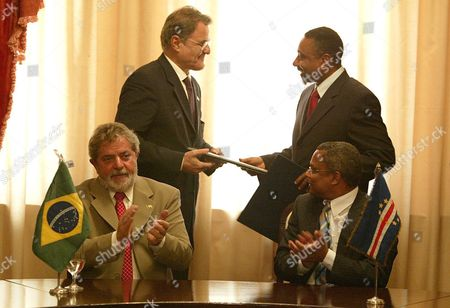 President of Brazil Luis Inacio Lula Da Silva (front-left) and the Prime Minister of Cape Verde Jose Maria Neves (front-right) Applaud As the Ambassador of Brazil Victor Lobatto (back-left) and the Cape Verde Foreign Minister Victor Borges (back-right) Exchange Aeronautical Agreements Between the Two Countries at a Ceremony On the Island of Santiago Cape Verde Thursday 29 July 2004