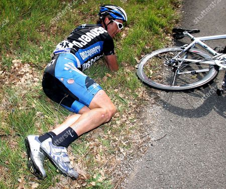 Australien Cyclist Matthew White of the Discovery Channel Team Lies in the Gras After a Crash During the Sixth Stage of the 2007 Edition of the Paris to Nice Cycling Tour Close to Cannes On Saturday 17 March 2007