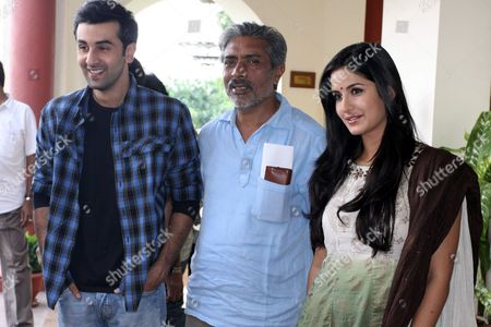 Bollywood Film Director Prakash Jha (c) Along with Bollywood Actors Ranbir Kapoor (l) and Katrina Kaif Pose For the Photographers in Bhopal India 05 September 2009 Katrina Kaif and Ranbir Kapoor Are in the Bhopal For the Shooting of Their Upcoming Film 'Rajneeti'