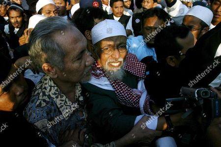 Indonesian Muslim Militant Cleric Abu Bakar Baasyir (c) is Flanked by His Supporters Outside the Cipinang Jail in Jakarta Indonesia Wednesday 14 June 2006 the Aging Preacher Walked Free After He Completed a 26-month Sentence Arising out of the 2002 Bali Bombings Which Left at Least 202 People Dead Most of the Bali Victims Were Foreign Tourists