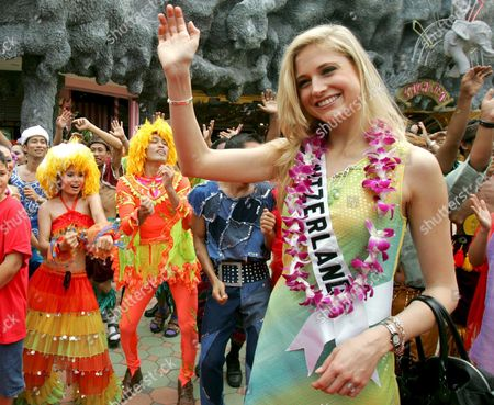 Miss Universe 2005 Contestant Fiona Hefti of Switzerland Waves Next to a Group of Dancers During a Visit at Phuket Fantasea Phuket Province Southern Thailand Thursday 19 May 2005 the Finals of the 54th Annual Miss Universe Competition Will Take Place in Bangkok Thailand On 31 May 2005