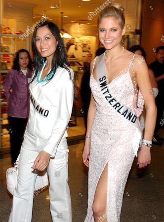 Miss Universe 2005 Contestants Chananporn Rosjan From Thailand L and Fiona Hefti From Switzerland Walk to a Dinner After an Aids Awarness Event Remembering Those Who Have Died of the Disease in Bangkok Thailand Monday 16 May 2005 the Final Decision Who Will Become Miss Universe 2005 Will Be Announced in Bangkok On May 31
