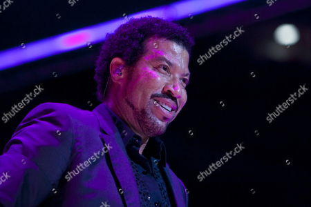 Us Singer Songwriter and Record Producer Lionel Richie Performs On Stage On the Last Night of the Three-day Essence Music Festival in the Louisiana Superdome in New Orleans Louisiana Usa 05 July 2009 This Year's 15th Anniversary Essence Music Festival Celebration Was Set For This Weekend of July 3 4 and 5 in New Orleans and It's Performers Included Beyonce Maxwell Anita Baker Al Green John Legend Keri Hilson Robin Thicke Salt-n-pepa Ne-yo Raphael Saadiq En Vogue Eric Benet Sierra Leone Refugee All Stars Teena Marie and Many More Musical Artists