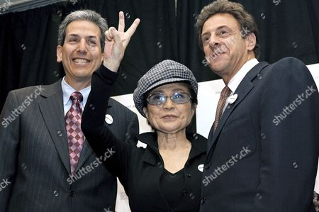 Yoko Ono Lennon (c) Gives the Peace Sign with the Co-writers Directors and Producers David Leaf (l) and John Scheinfeld at a Press Conference to Announce the Release of the New Documentary Film 'The Us Vs John Lennon' in New York City Wednesday 06 September 2006 the Film Focuses On the Years Between 1966 and 1976 When Lennon's Political Activism Was at It's Peek