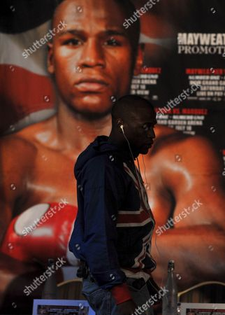 Us Boxer Floyd Mayweather Comes Up On Stage to Meet His Mexican Opponent Juan Manuel Marquez (not Pictured) During a Press Conference Held at the Landmark Hotel in Central London England On 21 May 2009 Mayweather and Marquez Will Meet in the Ring in Las Vegas On July 18 2009
