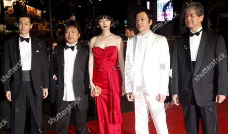 Actor Arata Director Koreeda Hirokazu Actors Bae Doo-na Itao Itsuji and an Unidentified Guest Arrive For the Gala Screening of the Japanese Film 'Kuki Ningyo' (air Doll) by Kore-eda Hirokazu Running in the 'Un Certain Regard' Category For the 62nd Edition of the Cannes Film Festival in Cannes France 14 May 2009