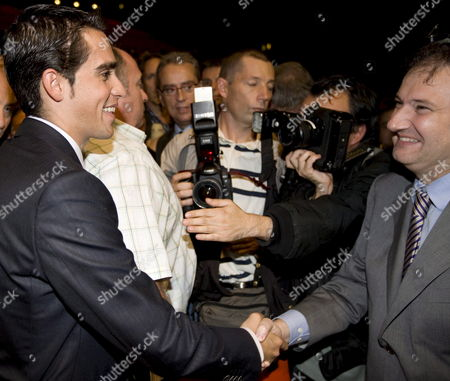 Cyclist Alberto Contador (l) and Mayor of Barcelona Jordi Hereu (r) Shake Hands During the Presentation of the Tour De France 2009 in Paris France On 22 October 2008 the Race Will Start On 04 July 2009 in Monaco and End On 26 July in Paris