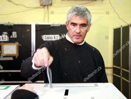 Pier Ferdinando Casini, leader of the Christian Democrat Union (UDC) placing his ballot paper in the ballot box