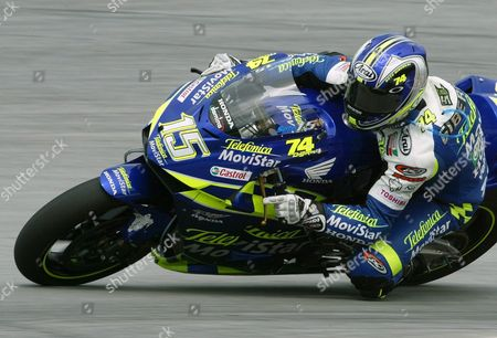 Spain's Sete Gibernau Powers His Honda Through a Turn During the Second Free Practice Session at the Malaysian Motogp in Sepang On Saturday 11 October 2003 Gibernau is Trailing Defending World Champion Valentino Rosi of Italy by 58 Points in the Motorcyle Grand Prix Championship Race As Riders Enter the Third From Last Fixture of the Season