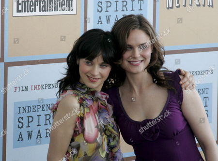 Us Actress Zoey Deschanel (l) and Emily Deschanel Arrive at the Independent Spirit Awards in Santa Monica California Saturday 04 March 2006