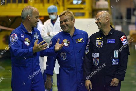 Members of the Main International Space Crew Us Astronaut Jeffrey Williams (l) Canadian Billionaire Guy Laliberte (r) and Russian Cosmonaut Maxim Surayev (c) Communicate During Training in Baikonur Cosmodrome in Kazakhstan 26 September 2009 the Launch of the International Space Mission From Baikonur is Scheduled For 30 September 2009