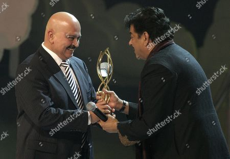 Indian Film Director Rakesh Roshan (l) Receives the Award For Outstanding Contribution to Indian Cinema From an Unidentified Actor at the Global Indian Film Awards (gifa) in Kuala Lumpur Malaysia Sunday 10 December 2006 More Than 250 Indian Celebrities and Artists Attended the Ceremony to Celebrate the Most Prestigious Awards Show Endorsed by Tne Indian Film Glitterati