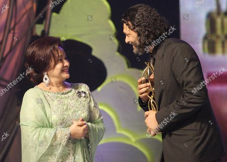 Indian Film Director Rakeysh Omprakash Mehra (r) Chats with the Wife of Malaysian Deputy Prime Minister Rosmah Mansor (l) After Winning the Best Director 2006 Award During the Global Indian Film Awards (gifa) in Kuala Lumpur Malaysia Sunday 10 December 2006 More Than 250 Indian Celebrities and Artists Attended the Ceremony to Celebrate the Most Prestigious Awards Show Endorsed by Tne Indian Film Glitterati