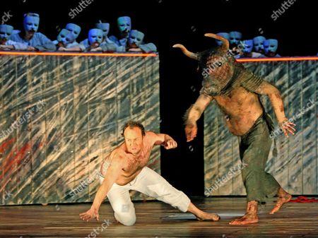 Johan Reuter (Theseus) and John Tomlinson (The Minotaur)