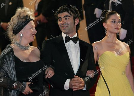 (l-r) German Actress Hanna Schygulla Turkish Director Fatih Akin and Turkish Actress Nurgul Yesilcay Leave the Festival Palace After a Gala Screening of Turkish Director Fatih Akin's Film 'The Edge of Heaven' ('auf Der Anderen Seite') Running in Competition at the 60th Cannes Film Festival 23 May 2007 in Cannes France