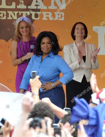 Us Talk Show Host Oprah Winfrey (c) Prepares to Speak As Australian Prime Minister Julia Gillard (r) and Tv Presenter Carrie Bickmore (l) Look On During an Appearance at Federation Square in Melbourne Australia 10 December 2010 Winfrey is Currently Touring Her Show in Australia