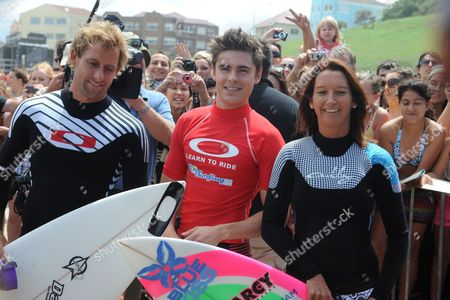 American Actor Zac Efron (c) with Pro Surfers Tom Whitaker (l) and Layne Beachley (r) On Bondi Beach Sydney Australia On 16 February 2010 Zac Efron Was Taking Part in the Oakley Learn to Surf Program to Raise Money For the One Sight Foundation