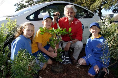World Renowned Environmentalist David Suzuki (2nd R) Poses with School Children (l to R) Zara Kimba Jack Giddey and Harry Lloyd As They Plant Trees to Raise Awareness For Planet Ark's National Tree Day 2005 Sydney Friday 27 May 2005