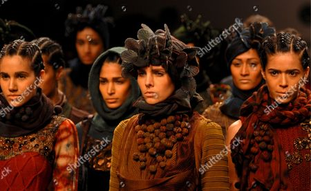 Models Present Creations by Vivek Kumar During the Lakme India Fashion Week Autumn/winter 2009 in Mumbai India 29 March 2009 Around 65 Designers Participate in the 10th Year of Lfw 2009 Lfw is a Five Day Event That Runs From 27 to 31 March 2009