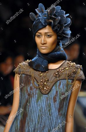 A Model Presents a Creation by Vivek Kumar During the Lakme India Fashion Week Autumn/winter 2009 in Mumbai India 29 March 2009 Around 65 Designers Participate in the 10th Year of Lfw 2009 Lfw is a Five Day Event That Runs From 27 to 31 March 2009