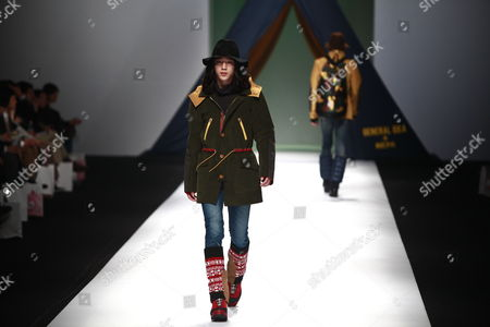Two Models Take to the Catwalk Wearing Creations by Korean Designer Choi Bum-suk During the 2011/2012 Fall/winter Seoul Fashion Week in Seoul South Korea 28 March 2011 Seoul Fashion Weel Takes Place From 28 March to 04 April 2011 Korea, Republic of Seoul