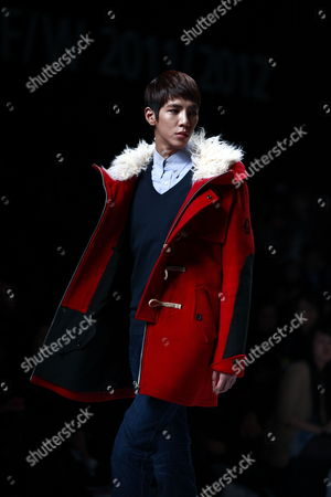 A Model Takes to the Catwalk Wearing a Creation by Korean Designer Choi Bum-suk During the 2011/2012 Fall/winter Seoul Fashion Week in Seoul South Korea 28 March 2011 Seoul Fashion Weel Takes Place From 28 March to 04 April 2011 Korea, Republic of Seoul