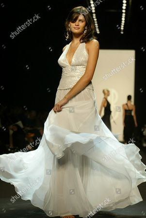 Super Model Isabelli Fontana Walks Down the Catwalk During the Bill Blass Show in Bryant Park During Mercedes Benz Fashion Week 'Seventh On Sixth's Spring Fashion' Tuesday 16 September 2003 in New York City Epa Photo/epa/jason Szenes// United States New York