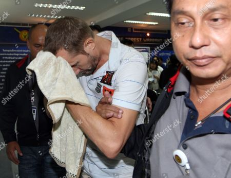 British Stuart Scott Crawford (c) is Escorted by Thai Policemen After a Press Conference at the Immigration Bureau in Bangkok Thailand 06 August 2010 Crawford is a Suspect in a Murder Case in Britain and Wanted by the British Police Thai Police Said Thailand Bangkok