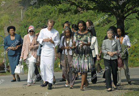 Us First Lady Michelle Obama (center Right) with First Ladies From Around the World Get a Tour From Executive Chef of Blue Hill Dan Barber (third From Left) at Stone Barns Center in Westchester New York Usa 24 September 2010 Today's Visit is Part of the First Lady's Healthy Nutrition Program United States Westchester