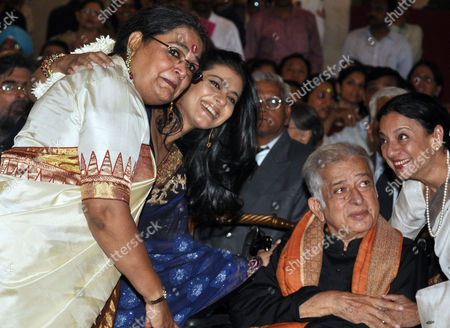 Padam Vibhushan Awardee Veteran Bollywood Actor Shashi Kapoor (2-r) Padma Shri Awardee Indian Singer Usha Uthup (l) Padma Shri Awardee Bollywood Actor Kajol Devgan (2-l) and Her Mother Veteran Bollywood Actor Tanuja (r) Pose For a Photograph During the Padma Awards 2011 Ceremony at President Palace in New Delhi India 01 April 2011 the Padma Awards Namely Padma Vibhushan Padma Bhushan and Padma Shri Honour Personalities with Different Professional Background For Their Contribution to the Nation For Exceptional and Distinguished Service in Any Field Including Service Rendered by Government Servants India New Delhi