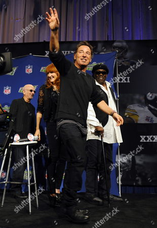 Singer Bruce Springsteen Waves As He and the E Street Band Members Roy Bittan (l) Patti Scialfa (2-l) and Clarence Clemons (r) Depart After the Super Bowl Xliii Halftime Show News Conference at the Tampa Convention Center in Tampa Florida Usa 29 January 2009 the Arizona Cardinals Will Face the Pittsburgh Steelers in the Game to Be Played 01 February 2009 United States Tampa