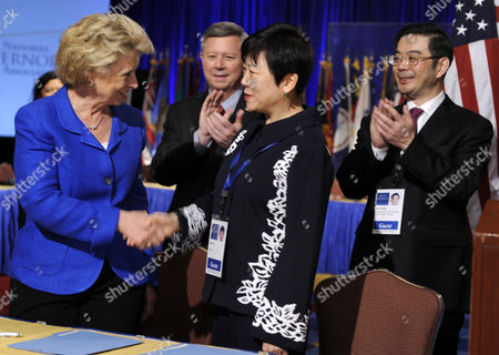 National Governors Association Chair Govenor Christine Gregoire (democrat / Washington) (l) Shakes Hands with Li Xiaolin (2-r) Vice President of the Chinese People's Associations For Friendship with Foreign Countries After Signing an Accord to Improve Trade and Association Contacts Between the Us States and China at the Nga's Annual Winter Meetings in Washington Dc Usa 26 February 2011 Vice Chair Govenor Dave Heineman (republican / Nebraska) (2-l) Applauds Along with Secretary Zhou Qiang of Hunan's Provincial Committee United States Washington