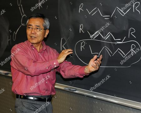 Distinguished Professor of Chemistry Ei-ichi Negishi Co-winner of the Nobel Prize in Chemistry Teaches His Sophomore Chemistry Class at Purdue University in West Lafayette Indiana Usa 06 October 2010 Negishi Will Share the Award with Richard F Heck of the University of Delaware and Akira Suzuki of Hokkaido University of Sapporo Japan United States West Lafayette