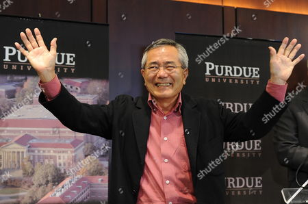 Distinguished Professor of Chemistry Ei-ichi Negishi Co-winner of the Nobel Prize in Chemistry Waves As He Meets with the Media at Purdue University in West Lafayette Indiana Usa 06 October 2010 Negishi Will Share the Award with Richard F Heck of the University of Delaware and Akira Suzuki of Hokkaido University of Sapporo Japan United States West Lafayette