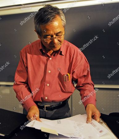 Distinguished Professor of Chemistry Ei-ichi Negishi Co-winner of the Nobel Prize in Chemistry Prepares His Notes Before Teaching His Sophomore Chemistry Class at Purdue University in West Lafayette Indiana Usa 06 October 2010 Negishi Will Share the Award with Richard F Heck of the University of Delaware and Akira Suzuki of Hokkaido University of Sapporo Japan United States West Lafayette