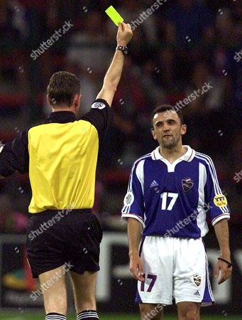 Yugoslav Midfielder Ljubinko Drulovic (r) Receives a Yellow Card From Scottish Referee Hugh Dallas During the Euro 2000 Soccer Championship Group C Match Between Norway and Yugoslavia 18 June 2000 in Liege (electronic Image) Belgium Liege