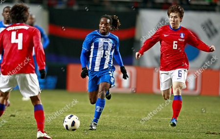 Honduras Player Walter Julian (c) Vies For the Ball with South Korean Players Lee Yong-rae (r) and Kim Young-kwon (l) During Their International Friendly Soccer Match at Sangam World Cup Stadium in Seoul South Korea 25 March 2011 South Korea Won 4-0 Korea, Republic of Seoul