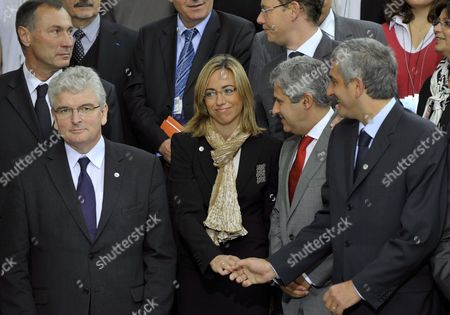 French Defense Minister Herve Morin (r) Accompanied by French Secretary of State For Defense Jean-marie Bockel (l) British Defense Minister Des Browne (2nd L) Spanish Defense Minister Carme Chacon (c) and Portuguese Counterpart Nuno Teixeira Get Ready to Pose For a Family Picture with Local High School Students During the Second Day of the Ministerial Meeting in Deauville France 02 October 2008 Under the Aegis of the Eu French Presidency Eu Defense Ministers Are Meeting For Two Days to Discuss Different Matters Related to Their Responsibilities Like Eu Military Operations and Capabilities