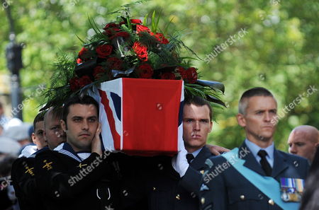 Soldiers From the Royal Navy and Royal Airforce Carry the Coffin of World War i Veteran and the World's Oldest Man Henry Allingham at St Nicholas Church in Brighton Britain 30 July 2009 Henry Allingham the World's Oldest Man and One of the Last Surviving World War i Servicemen Died at the Age of 113 18 July Mr Allingham Served with the Royal Naval Air Service in Wwi Later Transferring to the Royal Air Force at the Time of Its Creation United Kingdom London