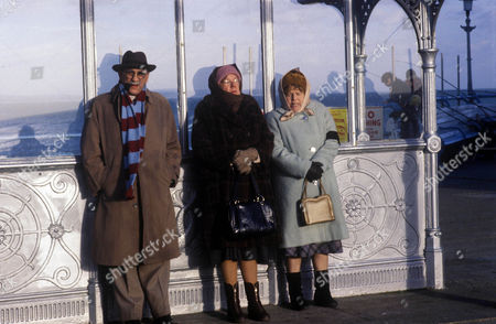 Stock Image of 'Till Death'  TV - 1981 - Alf and Elsie Garnett retire to Eastbourne Picture shows - (L-R) Warren Mitchell as Alf Garnett, Dandy Nichols as Else Garnett and Patricia Hayes as Min