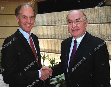 London United Kingdom : the Chairman and Chief Executive Officer of Chase William B Harrison Jr (l) and the Group Chief Executive Officer of Flemings William Garrett (r) Shake Hands 11 April 2000 Following News That the Boards of the Chase Manhattan Corp and the Robert Fleming Holdings Ltd Have Announced the Terms of a Recommended Offer For Flemings to Be Made by Chase Manhattan Plc on Behalf of Chase the Offer is 4 075 Million Us Dollars in Cash and 3 622 Million Us Dollars in New Chase Shares